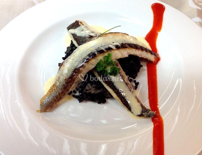Lubina con arroz negro