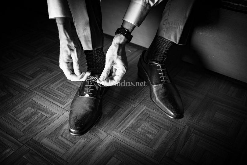 Novio atando los zapatos