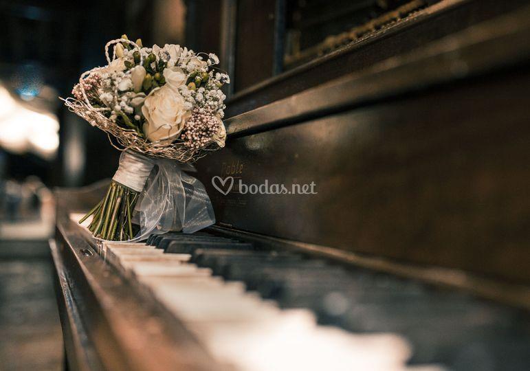 Música con notas florales