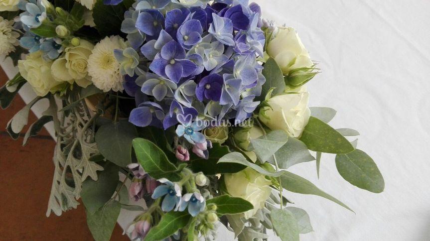 Detalle floral de boda azul