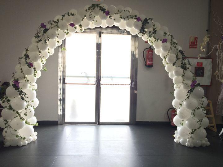 Arco de globos con flores