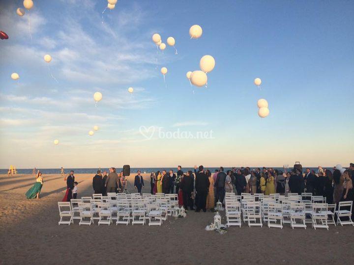 Suelta de globos en la playa