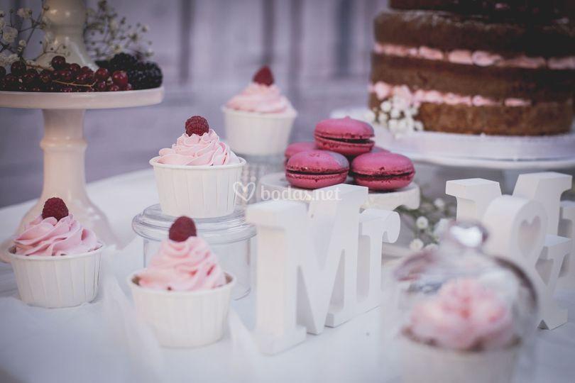 Mesa dulce romántica y fresa