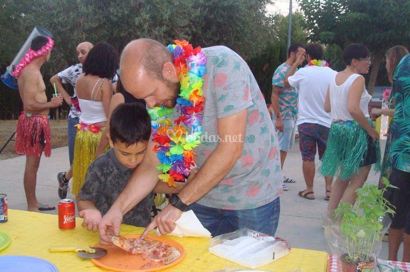 Invitados probando las pizzas