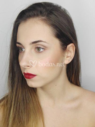 Maquillaje natural con labio rojo