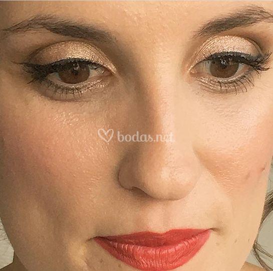 Eyeliner y labio rojo