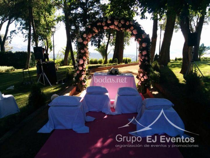 Arco de flores y montaje para ceremonia