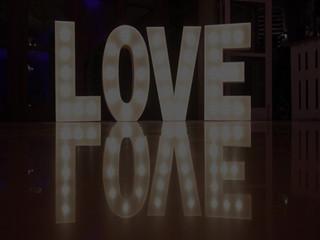 Iluminacion y letras gigantes decorativas