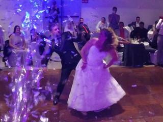 ¡Lluvia de confeti para hacer de el baile de novios un momento único!