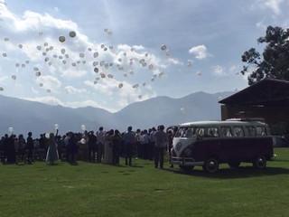Suelta de globos junto al coche