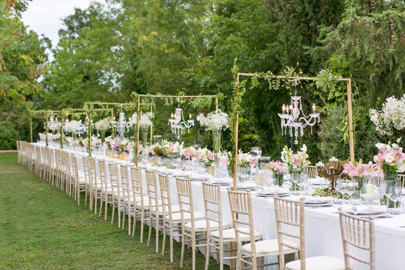 Arcos de flores en las mesas del banquete nupcial