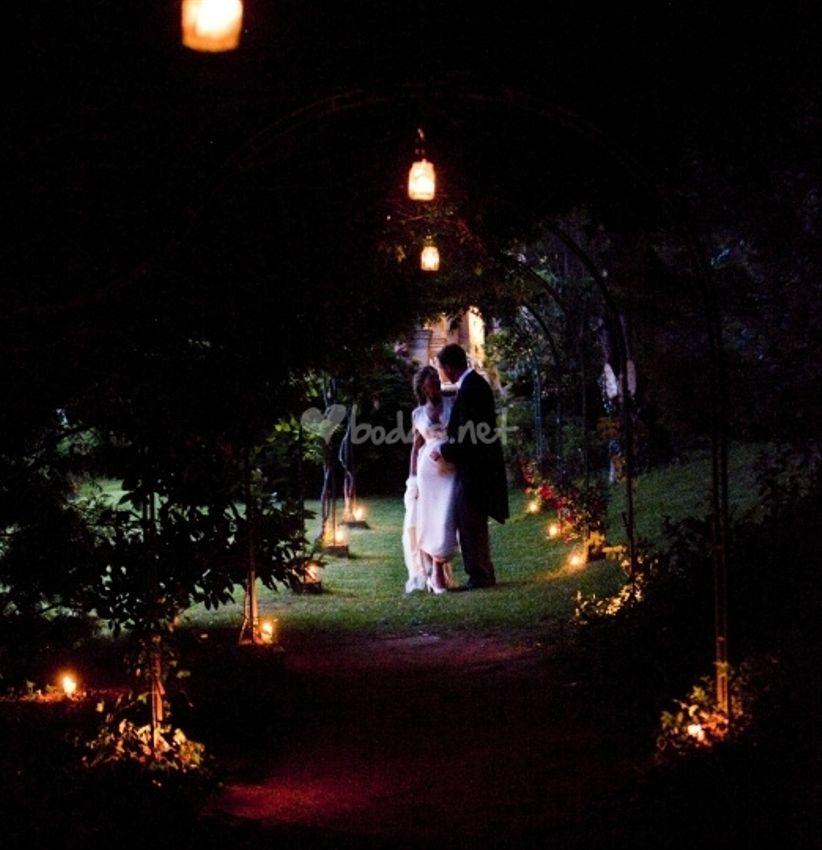 C mo iluminar un jard n de boda for Iluminar arboles jardin