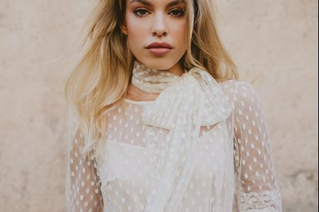 Look de novia chic: estilismo que aúna minimalismo y expresión sugerente