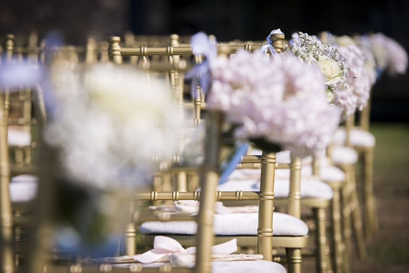 12 ideas fant sticas para decorar los asientos de la ceremonia for Sillas para novios en la iglesia