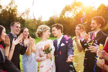 ¿Invitada de boda y solo conoces a uno de los novios?