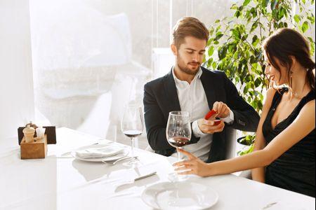 5 cosas que haces cuando te regalan el anillo de compromiso