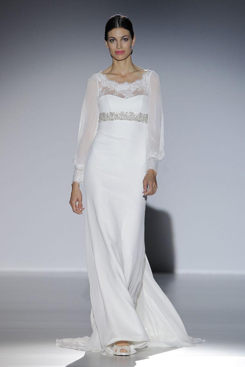 línea de la tendencia cóctel tan en auge esta temporada con vestidos de noche para novia con tirantes cruzados, fulares de gasa y bordados de cristal.
