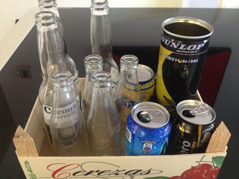 el primer paso es limpiar la superficie de las botellas las latas los frascos y los elemenos elegidos pods hacerlo con alcohol agua y detergente