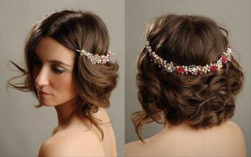 un peinado perfecto para novias que quieran sentirse princesas un recogido bajo cruzando algunos mechones y dejando otros sueltos pero bien marcados