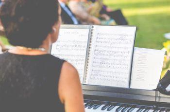 Música para bodas: 30 canciones para el aperitivo