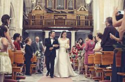 ¿Quién puede acompañar a la novia al altar, además del padre?