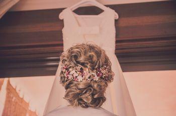 Moños con pelo rizado: peinados cómodos y favorecedores para novias
