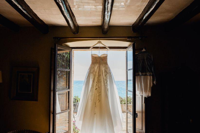 la prueba del vestido, ¿quién acompaña a la novia?