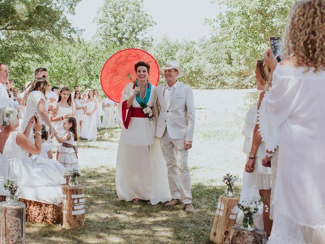 ¿Quién acompaña a los novios en la entrada a la ceremonia?