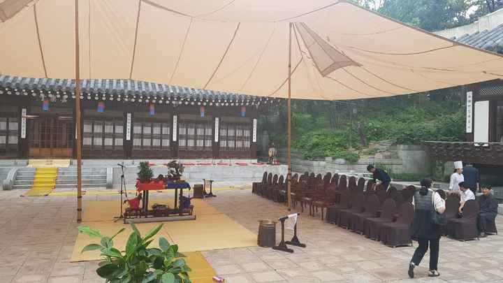 Preparando el lugar de la ceremonia,se ve el altar y los lugares que ocuparan los familiares