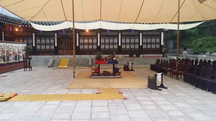 Altar y sillas de la ceremonia