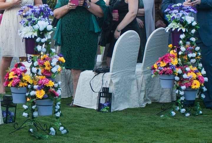 Maceteros con flores artificiales de decoración