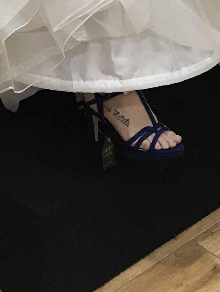 Vestido blanco, zapatos azules - 1