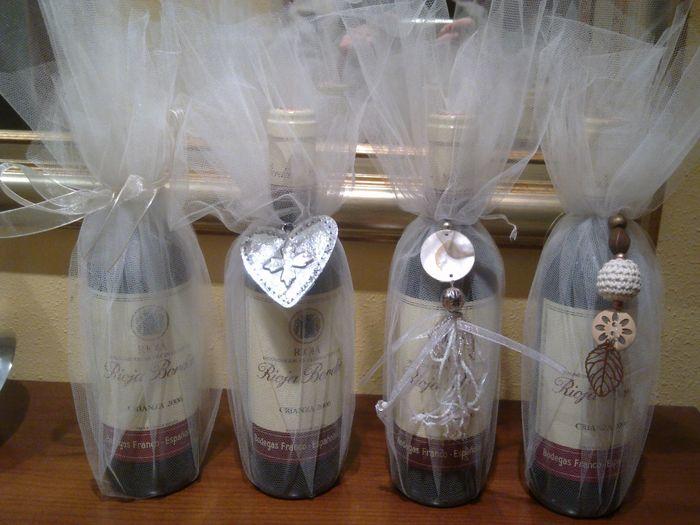 Botellas de vino vestidas de novios