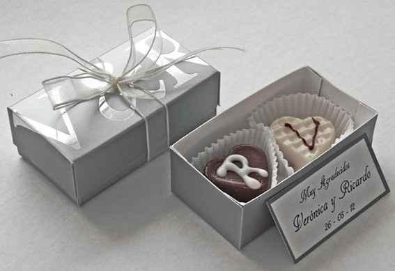 bombones personalizados con las iniciales de los novios, en una caja personalizada