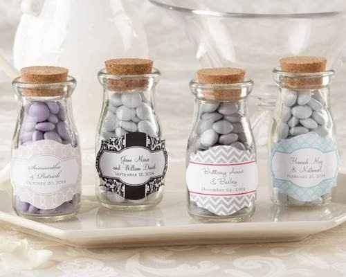 las típicas almendras pero en una sofisticada mini botella que le dará a tu boda un estilo único y l