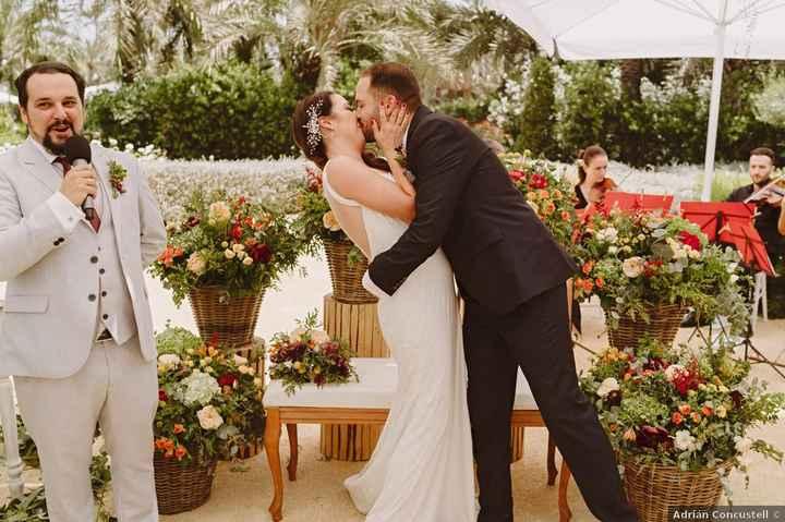 En el altar: ¿Beso tímido o besazo de película? - 1