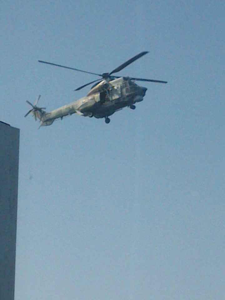 helicoptero intentando evacuar a un pasajero