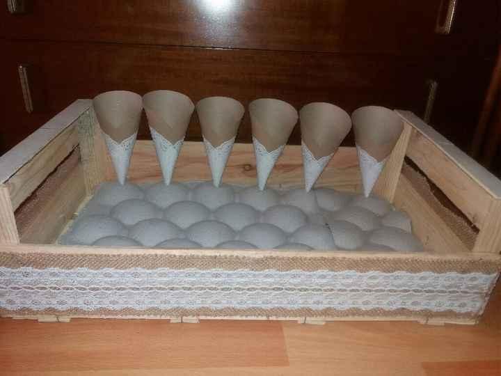 Caja para los conos de arroz y pétalos
