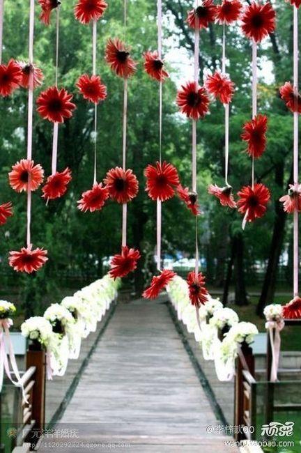 Fondo flores entre arboles del final