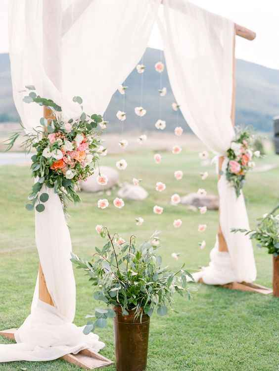 Colocar el tul al final de los arboles y colgar flores