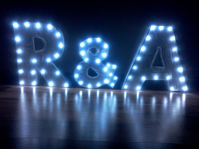 Letras con luces (de noche)