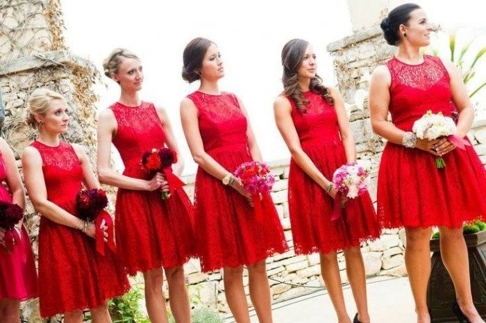busco foto damas vestido rojo zapatos blancos y novia de blanco y