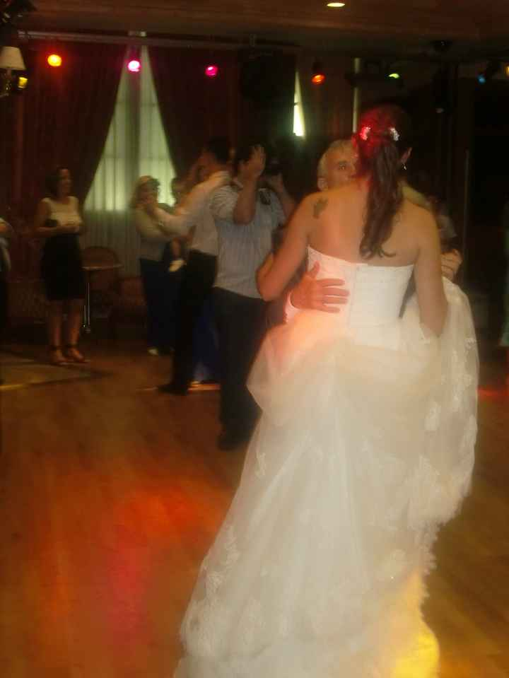 Yo por detrás en el baile con mi suegro