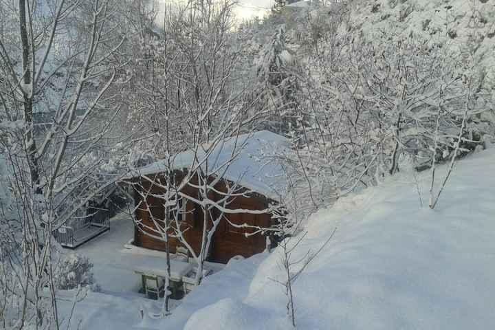 cabana rustica en la nieve