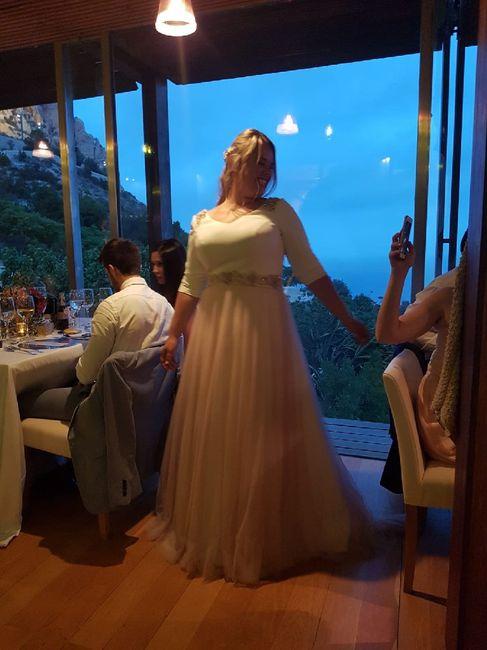 Vestido de novia enorme o un vestido sencillo y de acuerdo a el festejo. - 2