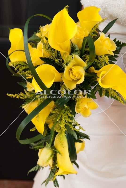 ramo de rosas amarillas y calas en cascada
