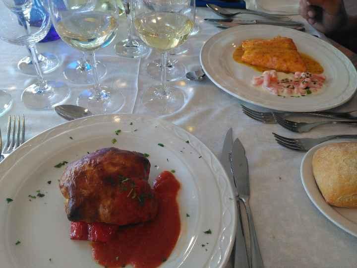 Lubina hojaldrada y salmón con salsa de naranja y mostaza
