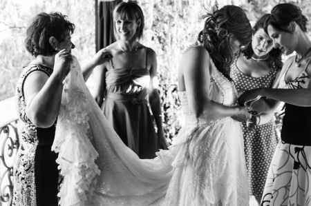 Dia B. Vistiendo a la novia.