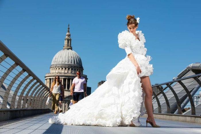 Vestido de novia creado con mascarillas 1