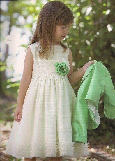 Es bonito el vestido pero yo creo que la flor deberia ser en otro color